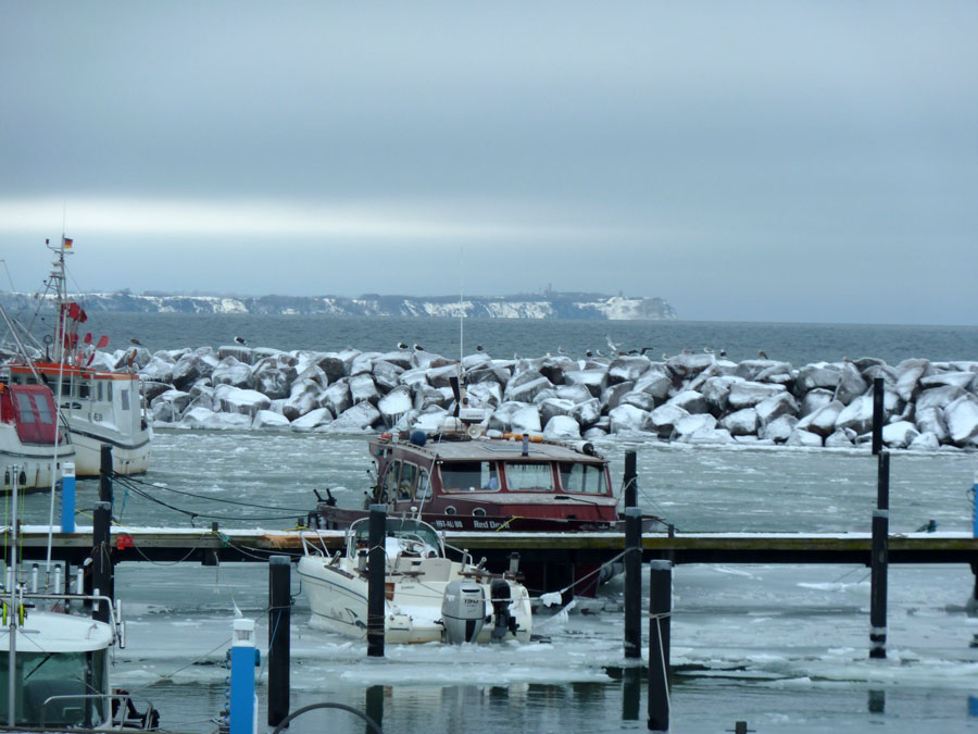 Blick Hafen Glowe auf Kap Arkona